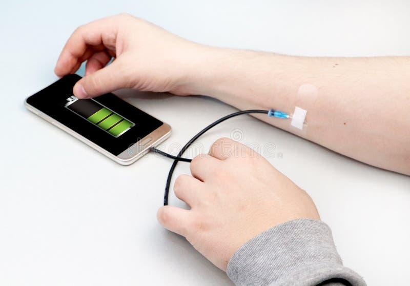 Um viciado da tecnologia O conceito da dependência no smartphone, telefone fotografia de stock
