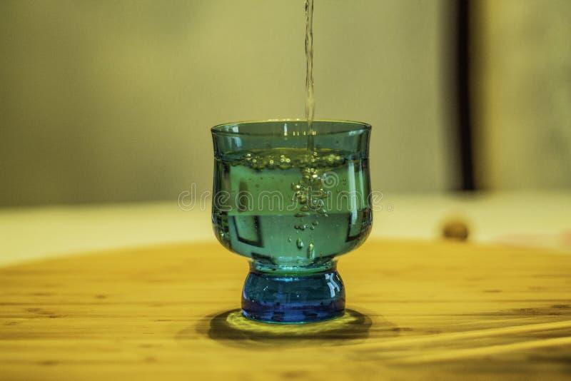 Um vidro azul da ?gua foto de stock