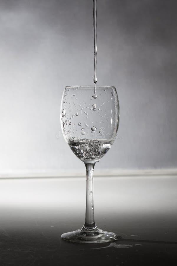 Um vidro com água imagens de stock royalty free