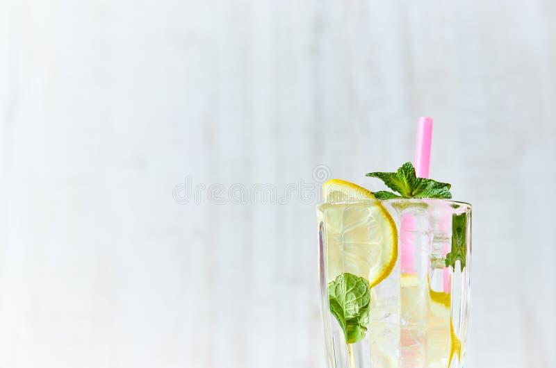 Um vidro da água fresca com gelo, limão e hortelã Foco seletivo Bebida de refrescamento do verão Fim acima Copie o espaço para o  foto de stock