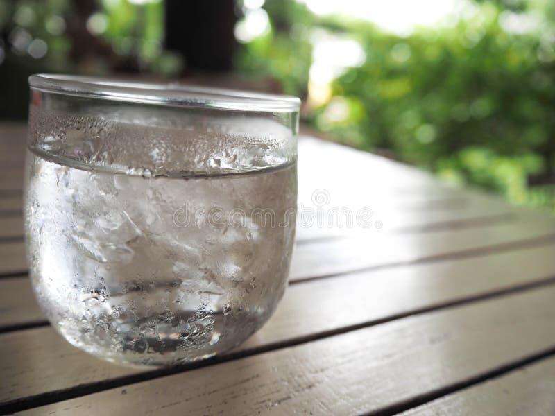 Um vidro da água fria fotografia de stock royalty free