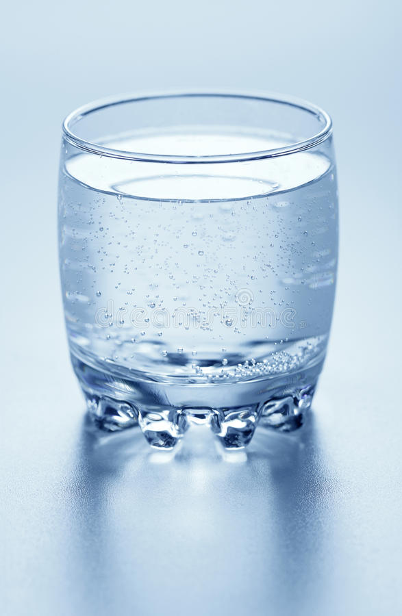 Um vidro da água sparkling imagens de stock royalty free