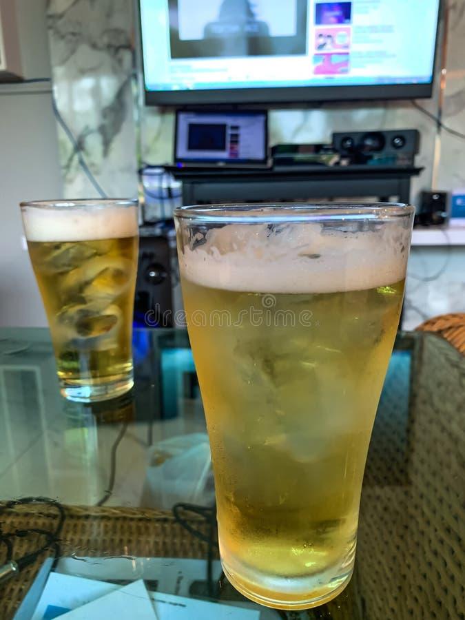 Um vidro da cerveja na sala do karaoke fotos de stock royalty free