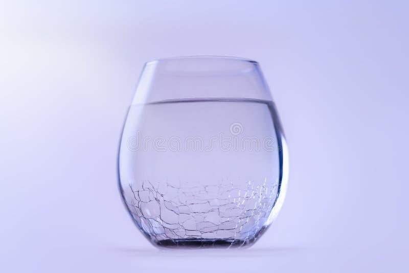 Um vidro da ?gua fresca fria Um vidro com um vidro rachado, espaço da cópia imagem de stock