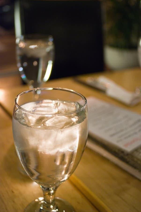 Um vidro de vinho completamente da água fotografia de stock