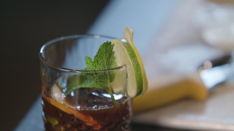Um vidro do chá com limão imagem de stock royalty free