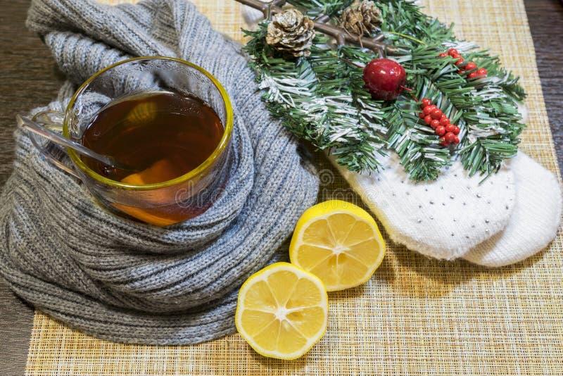 Um vidro do chá com o limão envolvido em um lenço imagens de stock