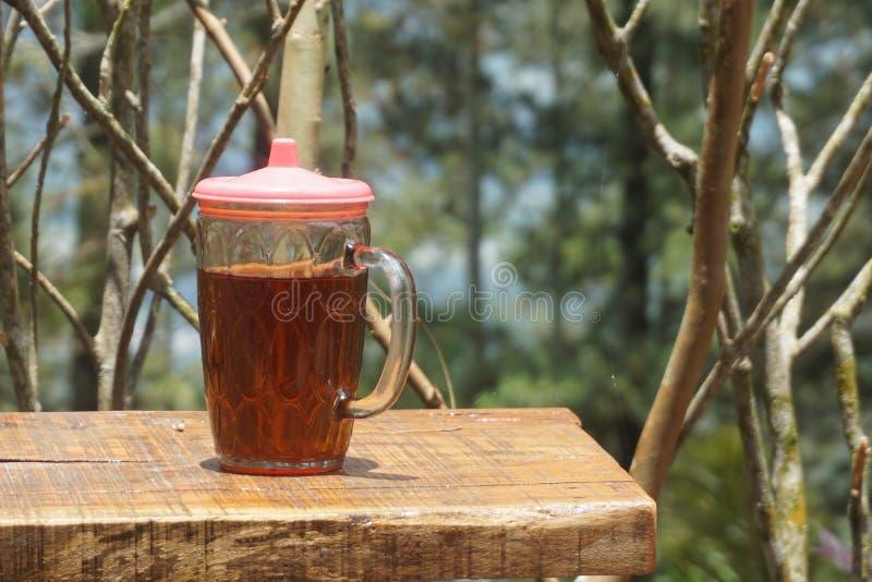 Um vidro do chá em uma tabela de madeira fotos de stock