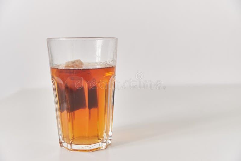 Um vidro do chá na tabela Close-up Vidro em um fundo liso imagens de stock