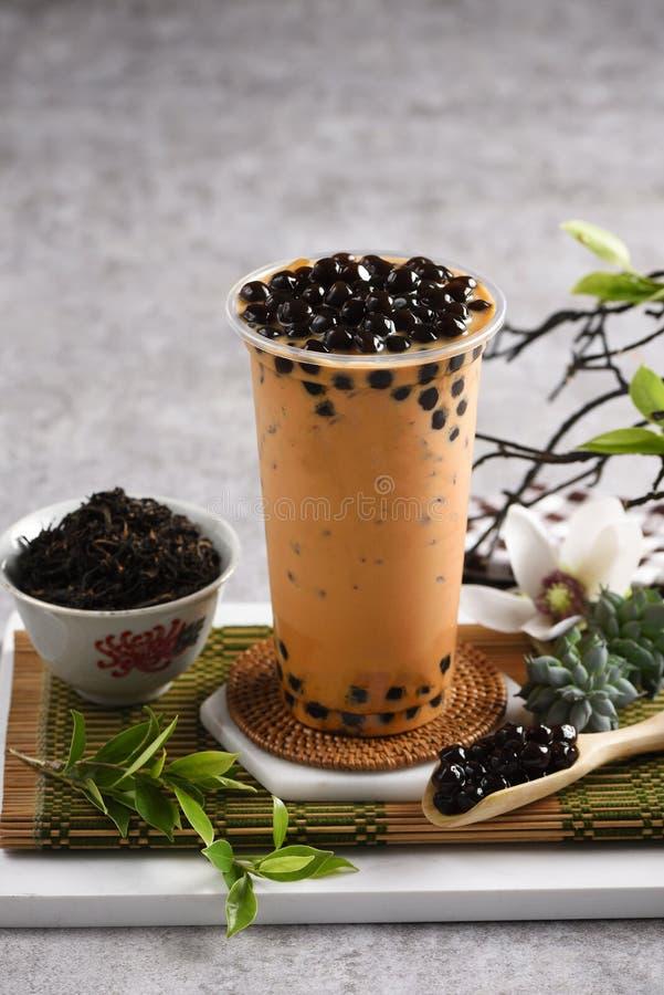 Um vidro do chá tailandês L? algum cal cortado na placa e em um potenci?metro pequeno do ch? verde fotos de stock