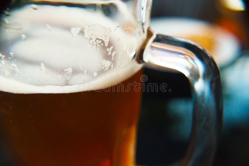 Um vidro do fim da cerveja acima de fresco e de frio no verão imagem de stock