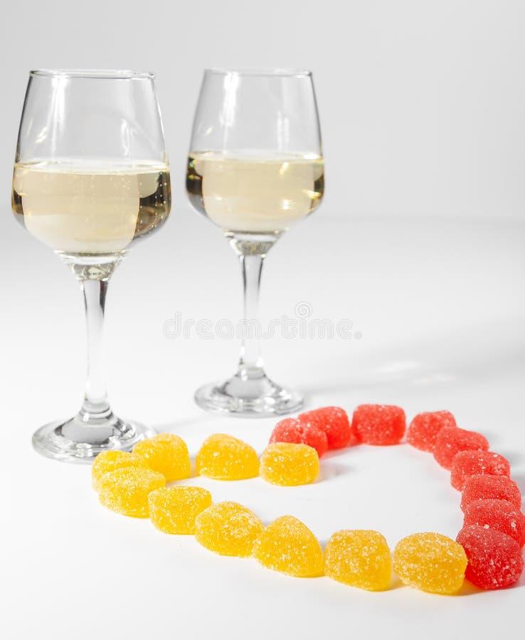 Um vidro do vinho branco doces Multi-coloridos em um fundo branco foto de stock royalty free