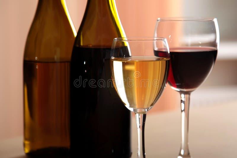 Um vidro do vinho branco e um vidro do vinho tinto em seguida fotografia de stock