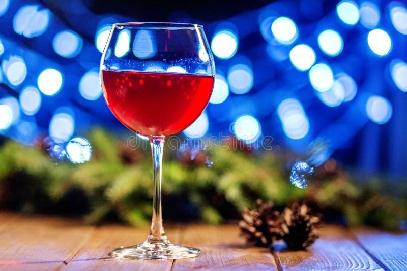 Um vidro do vinho de Borgonha Conceito do Natal feliz, ano novo, foto de stock