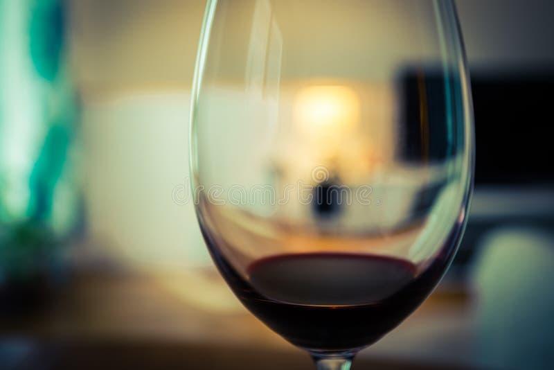Um vidro do vinho vermelho fotos de stock royalty free