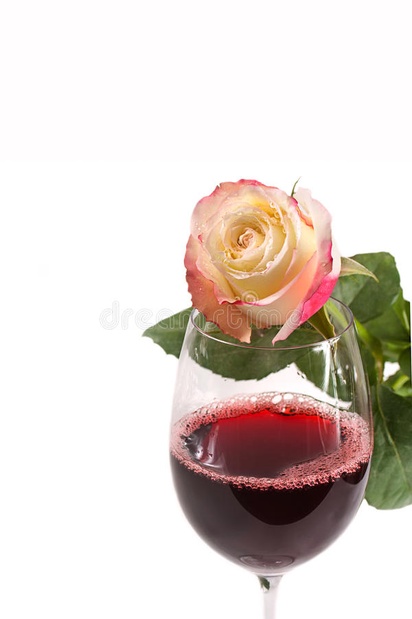 Um vidro do vinho vermelho com a rosa isolada no branco fotos de stock