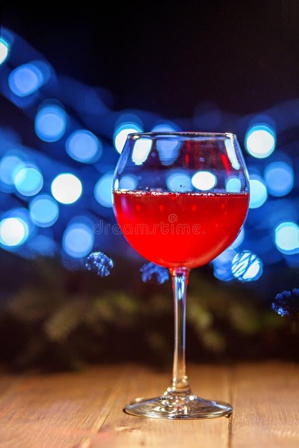 Um vidro do vinho vermelho Conceito do Natal feliz, ano novo, Winte imagens de stock royalty free