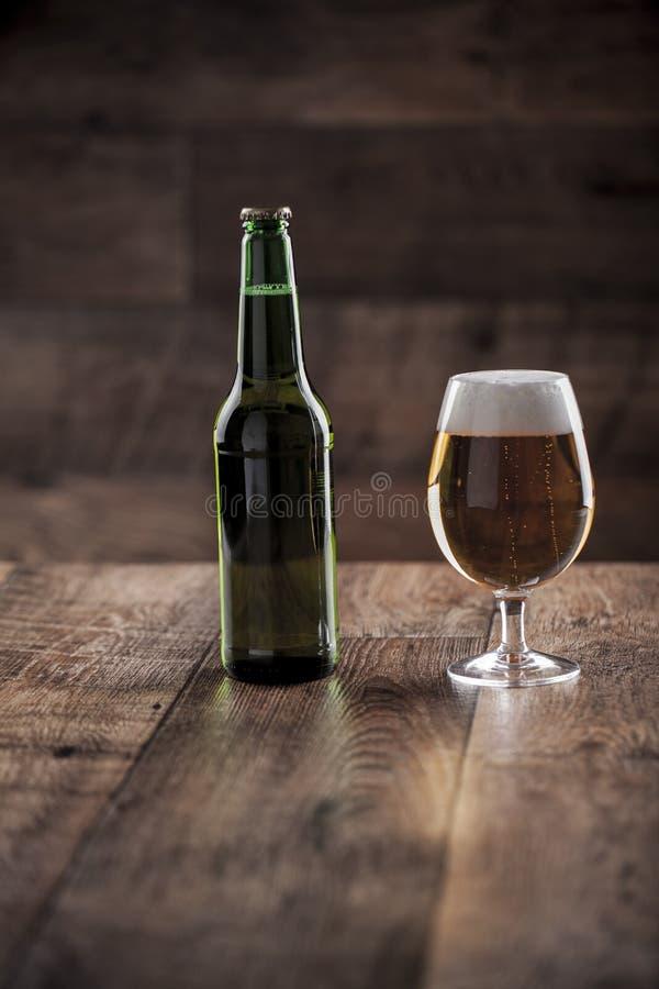 Um vidro e uma garrafa da cerveja foto de stock