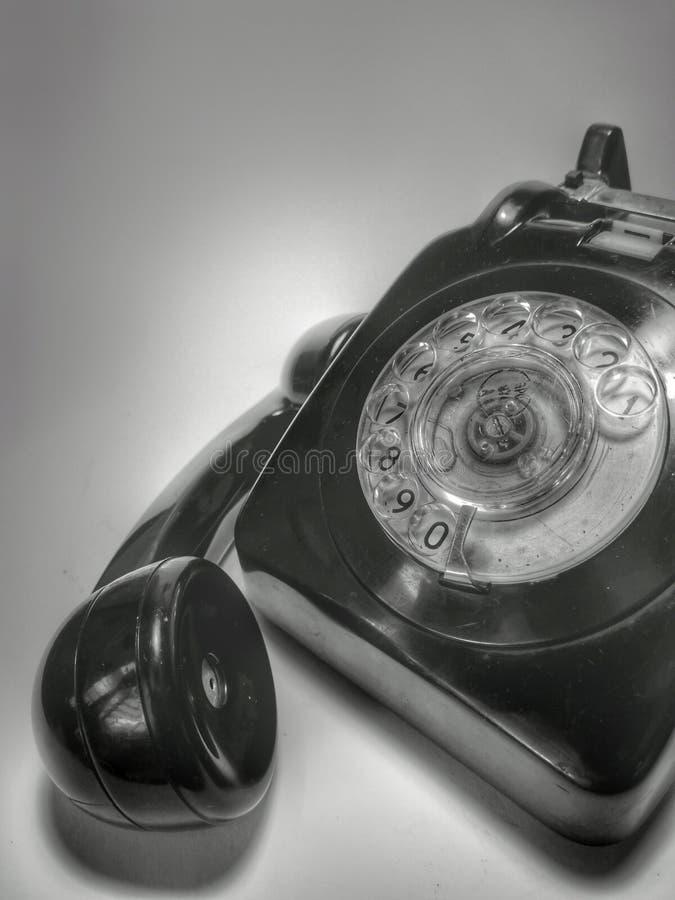 Um vintage e um telefone antigo com fundo branco imagem de stock