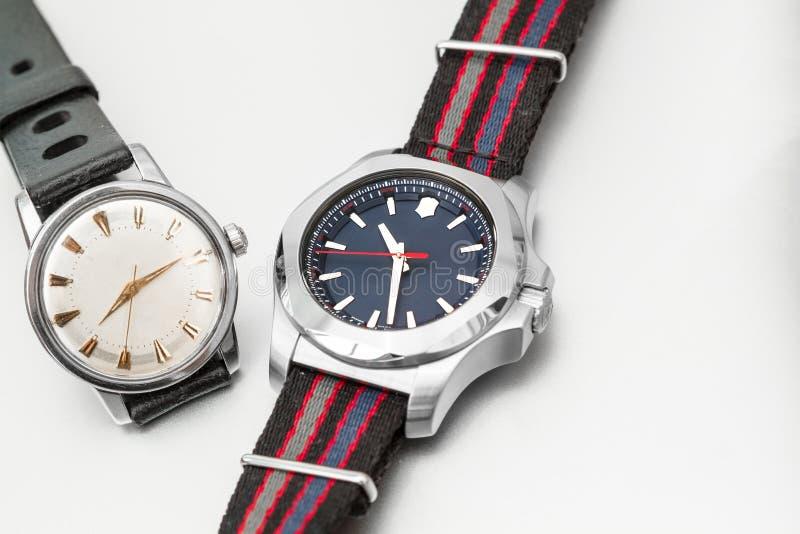 Um vintage e um relógio moderno imagem de stock royalty free