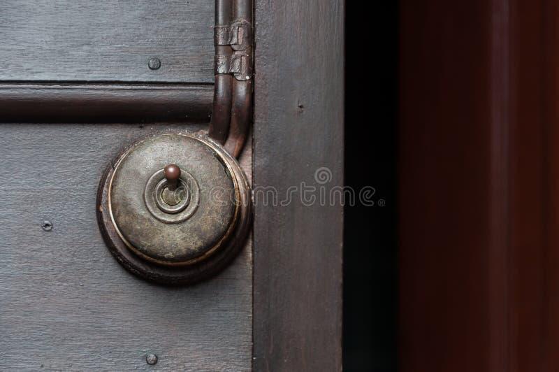 Um vintage pôs o interruptor da luz sobre a parede interior de madeira imagem de stock