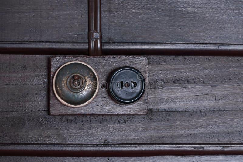 Um vintage pôs o interruptor da luz sobre a parede interior de madeira fotos de stock royalty free