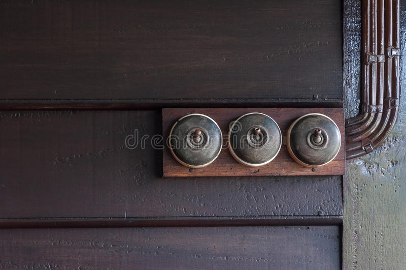 Um vintage pôs o interruptor da luz sobre a parede interior de madeira fotos de stock