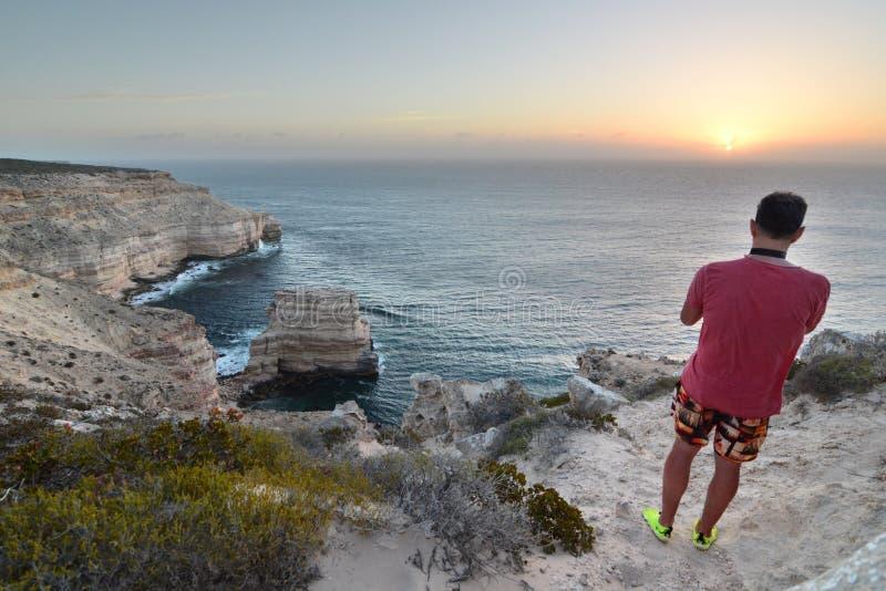 Um visitante na caminhada cênico dos penhascos litorais Parque nacional de Kalbarri Austrália Ocidental austrália foto de stock royalty free