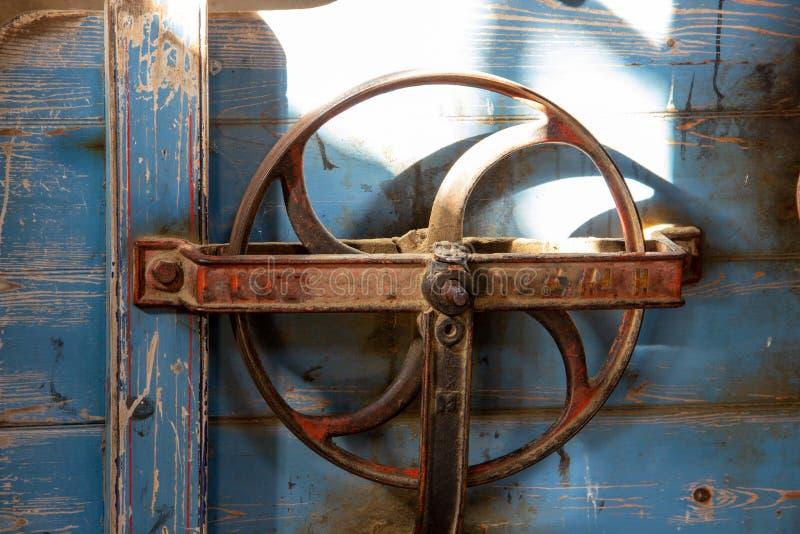 Um volante de um moinho histórico fotografia de stock royalty free