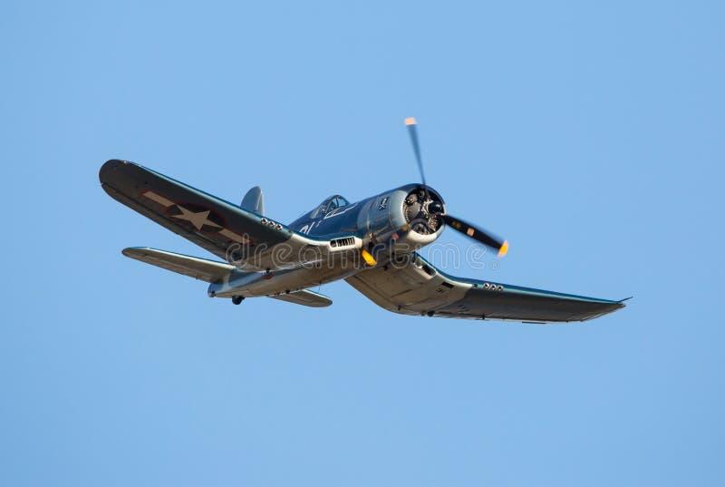 Um voo do lutador do corsário de Vought F4U contra um céu azul sem nuvens fotos de stock royalty free