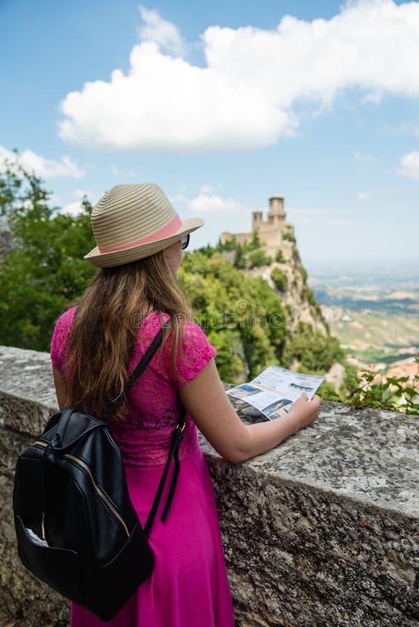 Um whit turístico bonito da menina o mapa em São Marino, admir imagem de stock royalty free