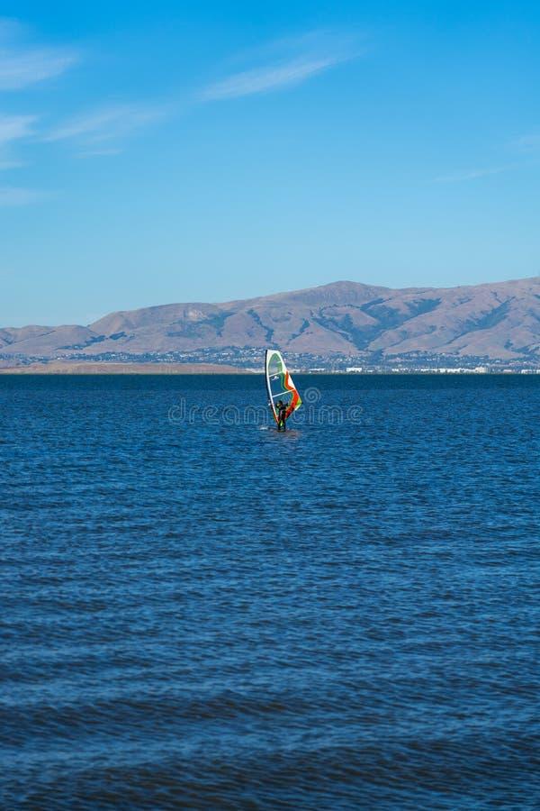Um windsurfe do homem em Palo Alto Boat Launch, Califórnia, EUA imagem de stock royalty free