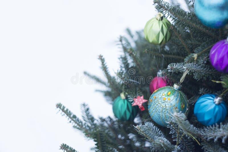 Uma árvore de Natal decorada fora com as bolas brilhantes azuis e roxas imagem de stock royalty free