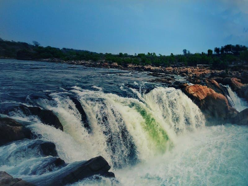 Uma Índia bonita de Dhuadhad da cachoeira fotografia de stock royalty free