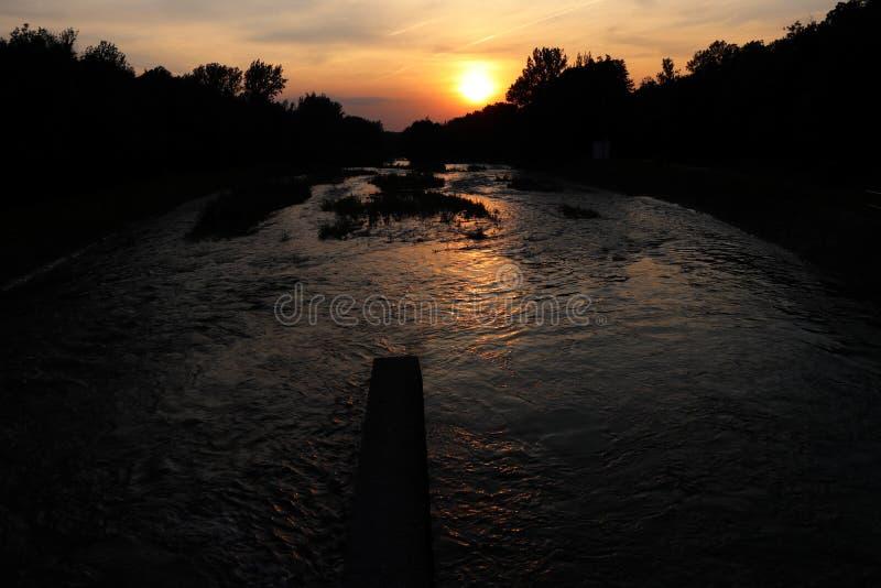 Uma última luz do sol bonita no dia acima do rio com ponte e a Floresta Negra de pedra foto de stock