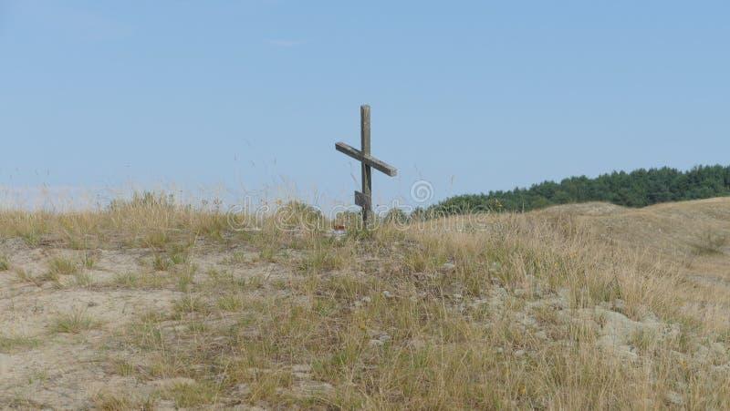 Uma única cruz na região selvagem - o símbolo da redenção, foto de stock