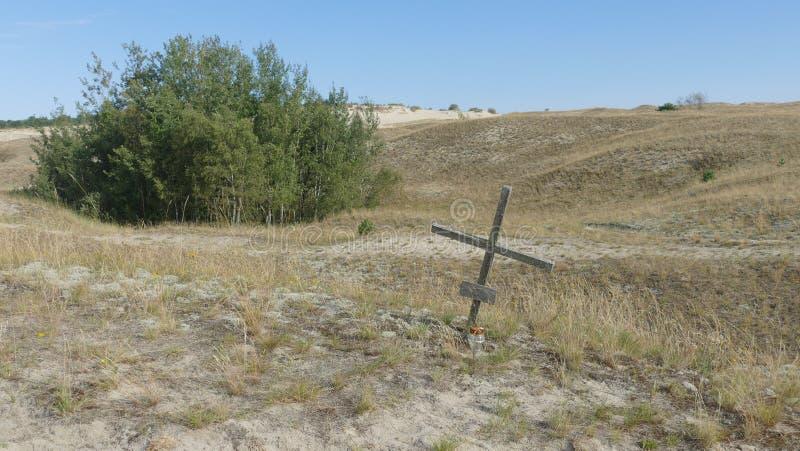 Uma única cruz na região selvagem - o símbolo da redenção, fotos de stock royalty free