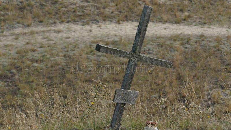 Uma única cruz na região selvagem - o símbolo da redenção, foto de stock royalty free
