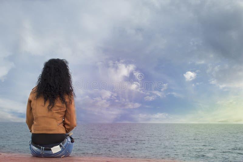 Uma única mulher na praia imagens de stock
