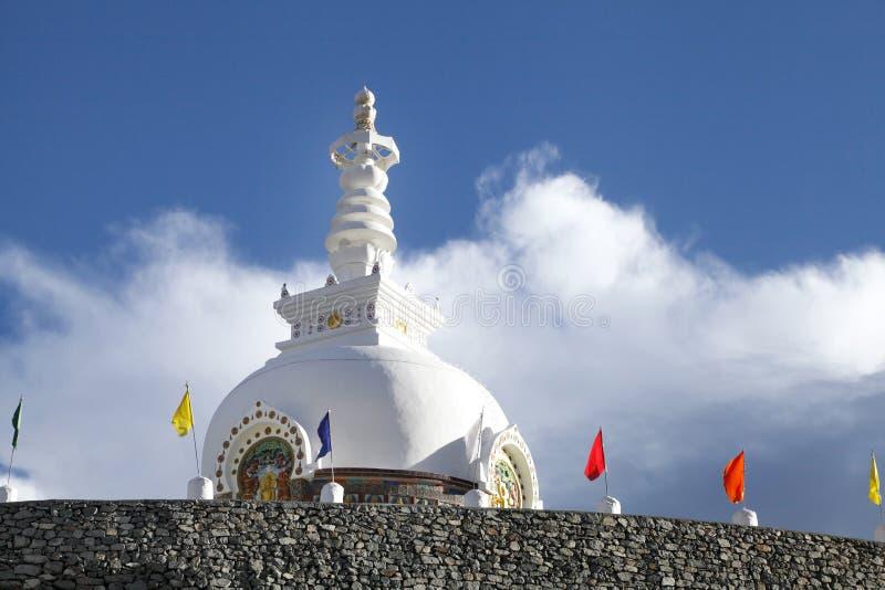 Uma abóbada branca bonita do stupa de Shanti, Leh fotos de stock royalty free