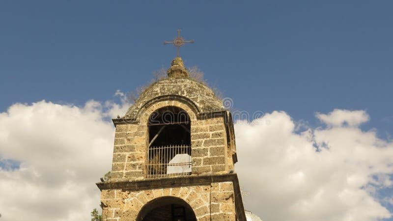Uma abóbada de um século da torre de sino da igreja ortodoxa coberta com a grama imagem de stock