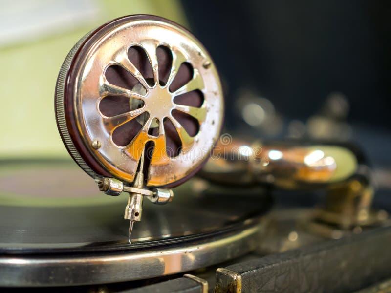 Uma agulha de retirada vintage gramophone imagens de stock