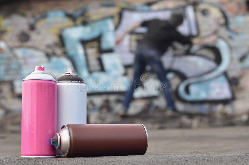 Uma ainda-vida de diversas latas usadas da pintura do agai diferente das cores fotos de stock royalty free