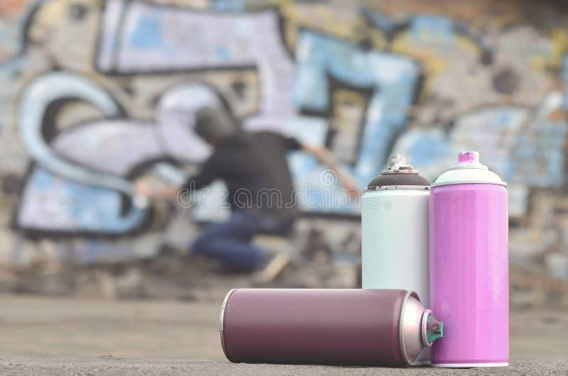 Uma ainda-vida de diversas latas usadas da pintura do agai diferente das cores fotografia de stock