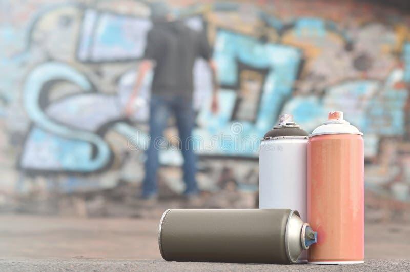 Uma ainda-vida de diversas latas usadas da pintura do agai diferente das cores foto de stock