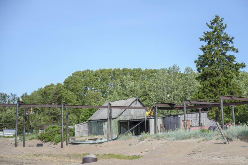 Uma aldeia piscatória abandonada velha, um cais e um Telfer para barcos de lançamento foto de stock royalty free