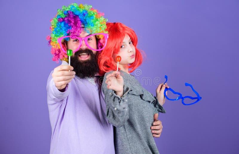 Uma alegria que nunca termine Festa de anos Criança do pai e da menina que aprecia a celebração do aniversário Feliz aniversario  fotografia de stock royalty free