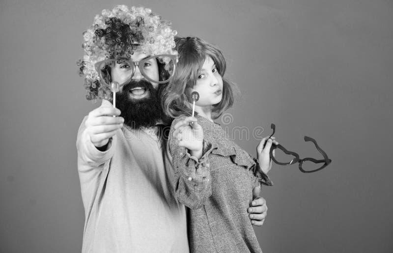 Uma alegria que nunca termine Festa de anos Crian?a do pai e da menina que aprecia a celebra??o do anivers?rio Feliz aniversario  imagem de stock royalty free