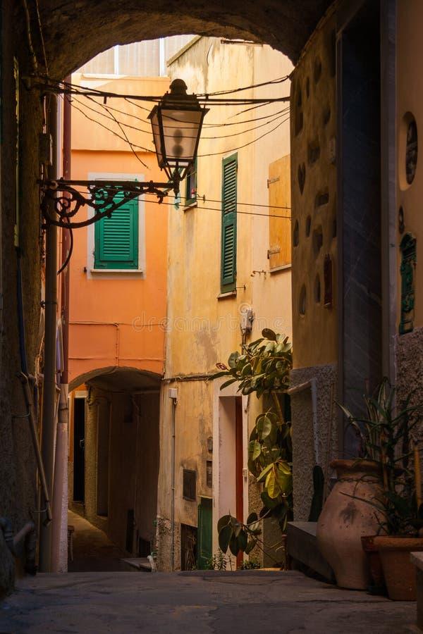 Uma aleia bonita em Cinque Terre fotografia de stock royalty free