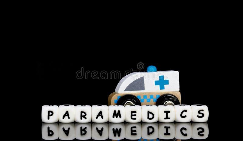 uma ambulância do brinquedo e paramédicos de uma palavra foto de stock royalty free